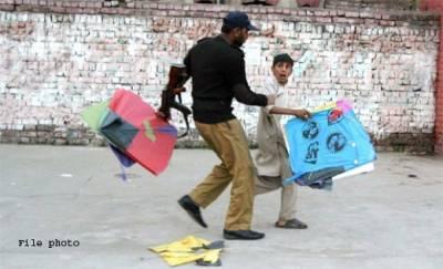 پتنگ بازی کے شبہ میں پولیس نے چادر چار دیواری کا تحفظ پامال کردیا، کم عمر طالب علم کو اٹھا کرلے گئی ،متاثرہ فیملی عدالت پہنچ گئی