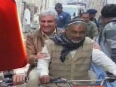 شاہ محمود قریشی بھی شیخ رشید کی ڈگر پر چل نکلے،ملتان میں اپنے حلقے کا موٹرسائیکل پر دورہ