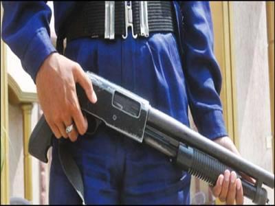 شادی ہال کے باہر تعینات سیکیورٹی گارڈ سے گولی چل گئی،2افراد زخمی