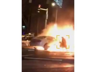 خاتون کی گاڑی کو آگ لگ گئی، پہلے تو نکل کر بھاگی لیکن پھر اچانک کیا چیز لینے بھڑکتی گاڑی کے اندر کود گئی؟ جان کر انسان کو سمجھ نہیں آئے گی بے وقوفی پر افسوس کریں یا ہنسیں