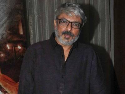 بھارتی شہر جے پور میں فلم کی شوٹنگ کے دوران سنجے لیلا بھنسالی پر مظاہرین کا حملہ،تھپڑمارے اور کپڑے بھی پھاڑ دیئے