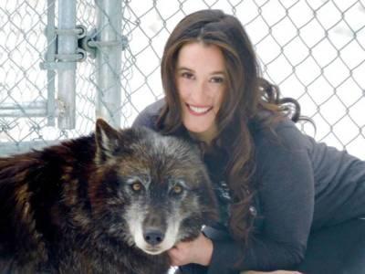 بھرپور جوانی میں ریپ کا شکار ہونے والی لڑکی بھیڑیوں کی دیوانی ہوگئی اور اب ان کے بغیر نہیں رہ سکتی