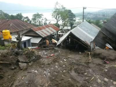 انڈونیشیا میں زمین ''کھسکنے '' سے 3 بچوں سمیت 12 افراد ہلاک ،کئی زخمی ،درجنوں مکانات تباہ