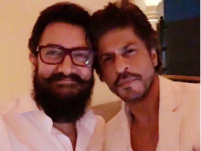 بالی ووڈ سٹار عامر خان اور شاہ رخ خان کے درمیان دوستی ہو گئی، دونوں کی سیلفی سوشل میڈیا پر وائرل