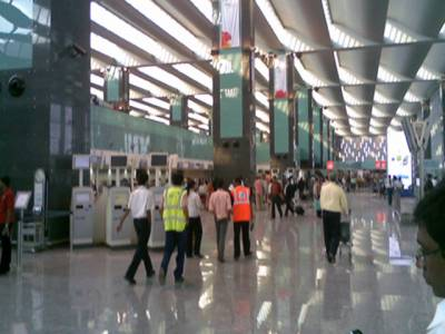بھارت :منگنی سے قبل فلائٹ مس ہونے کا ڈر،جوڑے کو طیارے میں بم کی جھوٹی اطلاع دینے پر گرفتار کرلیا گیا