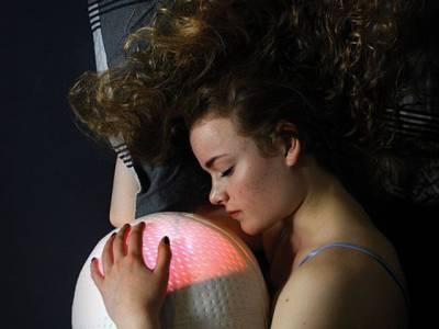 اس تکیے کو 'جپھی' ڈال کر سونے سے کیا ہوتا ہے؟ حقیقت جان کر آپ کا دل کرے گا ابھی فوراً ایسے ہی سونے لگ جائیں