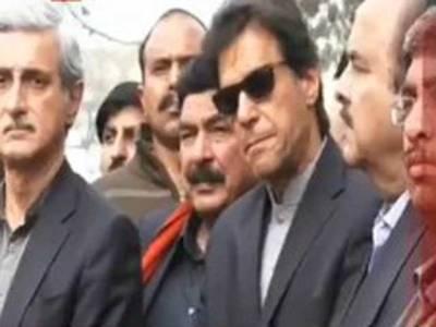 سپریم کورٹ کے باہرعمران خان نے ملاقات کے خواہشمندپی ٹی آئی ورکرزکوجھاڑپلادی
