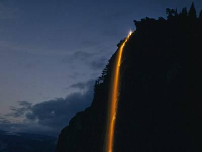 کیا آپ کو معلوم ہے اس تصویر میں یہ چمکتی چیز آگ نہیں بلکہ پانی ہے، یہ نظارہ کس جگہ کا ہے اور ایسے کیسے ممکن ہے؟ تفصیل جان کر آپ بھی قدرت پر دنگ رہ جائیں گے