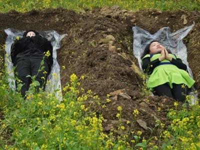 یہ خواتین اس طرح قبروں میں کیوں لیٹی ہیں؟ یہ مردہ نہیں بلکہ ۔۔۔ اصل وجہ ایسی کہ جان کر آپ کی ہنسی نہ رُکے گی