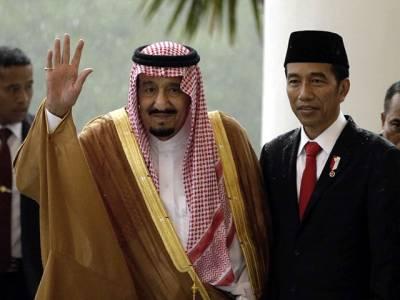 سعودی بادشاہ کی انڈونیشیا آمد، جہاز لینڈ کرتے ہی اس کے ساتھ ایسی چیز لاکر لگادی گئی کہ دیکھنے والوں کی آنکھیں کھلی کی کھلی رہ گئیں، ایسا منظر آج تک کسی نے نہ دیکھا ہوگا کہ۔۔۔