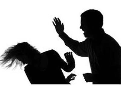 سیالکوٹ ،ظالم شوہر کا بیوی پر تشدد ، سر کے بال مونڈ کر بچوں سمیت گھر سے نکال دیا