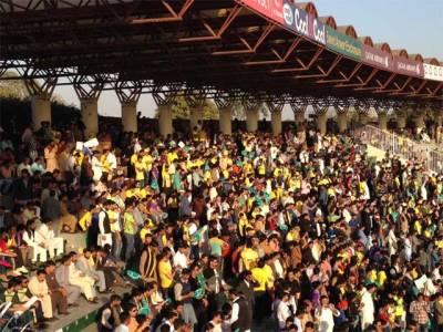 پشاور زلمی اور کوئٹہ گلیڈی ایٹرز کی ٹیمیں سٹیڈیم پہنچ گئیں