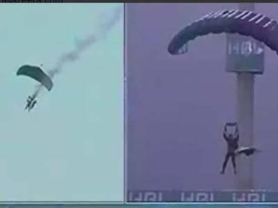 پی ایس ایل فائنل میچ،پاک فوج کے جوانوں کا زبردست پیرا ٹروپنگ کا مظاہرہ