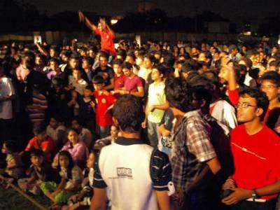 پی ایس ایل 2 کا فائنل ، کراچی میں متعدد مقامات پر بڑی سکرینیں نصب ، شائقین کا جوش عروج پر ، بعض علاقوں میں بجلی کی آنکھ مچولی نے جنونیوں کا مزہ کرکرا کر دیا