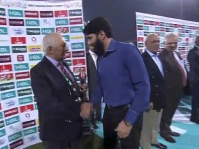 آئی سی سی کی جانب سے دی گئی ٹرافی شہریار خان نے مصباح الحق کے حوالے کر دی