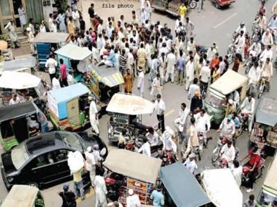 راولپنڈی:رکشہ ڈرائیور کا 2750 روپے کا چالان،ڈرائیورز کا مال روڈ پر دھرنا