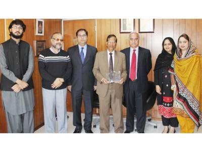 چودھری عبدالحمید آف راوی ریسٹورنٹ کو ان کی اعلیٰ خدمات پر ایوارڈ دیا گیا