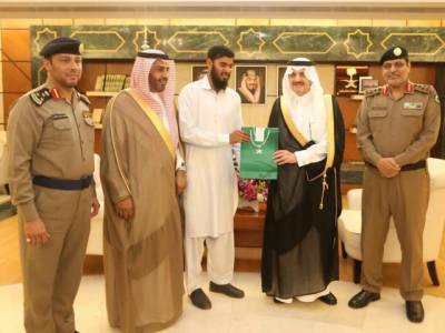 پاکستانی نے سعودی عرب میں ایسا شاندار کارنامہ انجام دے دیا کہ خوشی کے مارے سعودی شہزادہ اس کا منہ چومنے لگا