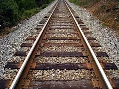 خاوند سے جھگڑا ' خاتون بچی سمیت خودکشی کیلئے ٹرین تلے لیٹ گئی' سیدھا لیٹنے کے باعث ٹرین اوپر سے گزر گئی ' پولیس نے دارالامان بھجوایا