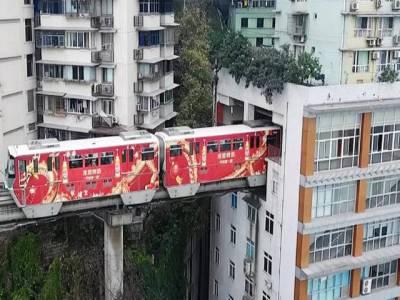 چین میں ٹرین کے گزرنے کیلئے عمارت کے اندر انوکھا ٹریک بنا لیا گیا