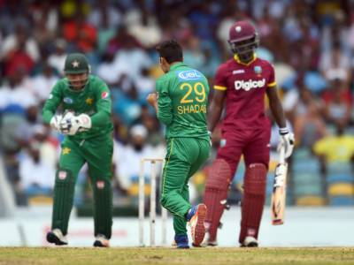 قومی کرکٹ ٹیم کے باﺅلرز بجلی بن کر کالی آندھی پر ٹوٹ پڑے ، شاداب خان نے4اوورز میں 14 رنز دے کر 4وکٹیں اڑا لیں