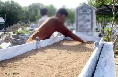 ''اس دن میں رات کو قبر پکی کر رہا تھا کہ ساتھ والی پرانی کچی قبر گر گئی،مٹی ہٹا کر دیکھا تو ۔۔۔'' قبرستان میں قبریں پکی کرنے والے مزدور نے اپنی زندگی کا سب سے حیران کن واقعہ سنا دیا