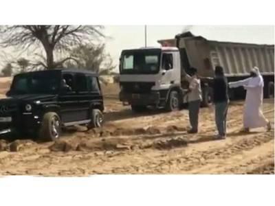 دبئی کے صحرا میں ڈرائیور کا ٹرک ریت میں پھنس گیا، پریشان حال کھڑا تھا کہ قریب آکر ایک گاڑی رکی اور نوجوان نکل کر اس کی مدد کرنے لگا، یہ نوجوان کون تھا؟ حقیقت سامنے آئی تو ڈرائیور کے پیروں تلے واقعی زمین نکل گئی، کبھی سوچ بھی نہ سکتا تھا کہ یہ جوان دراصل۔۔۔