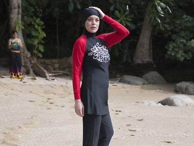 معروف اداکارہ لنڈسے لوہان ایسا لباس پہن کر ساحل سمندر پر آگئیں کہ پوری دنیا میں کھلبلی مچ گئی، مسلمان بھی دنگ رہ گئے کیونکہ۔۔۔