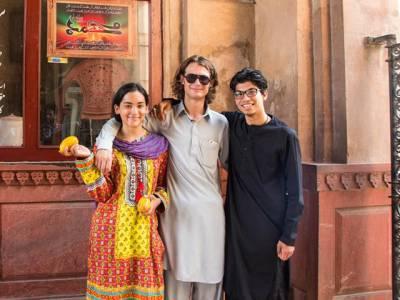 'لوگوں نے ہمیں پاکستان میں دہشتگردوں سے بچنے کا کہا تھا، لیکن یہاں آتے ہی ہمارا سامنا ایسے 'دہشت گرد' سے ہوگیا جس نے ہمیں۔۔۔' پاکستان آنے والے مغربی لڑکا لڑکی نے پاکستان کے بارے میں ایسی بات بتادی کہ سن کر آپ کی ہنسی نہ رُکے گی
