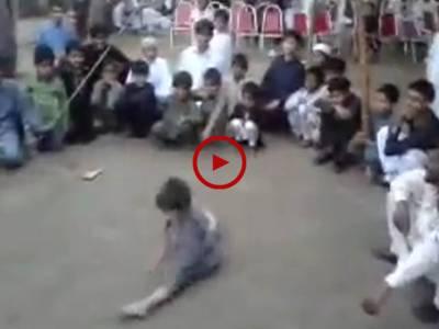 چھوٹے سے بچے کے ایسے کرتب کہ جن کو دیکھ کر آپ بھی حیران رہ جائیں گے۔ ویڈیو: سعد عباسی۔ لاہور
