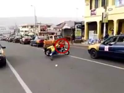 موٹرسائیکل چلانے کے انوکھے انداز۔ ویڈیو: عاطف لطیف۔ لاہور
