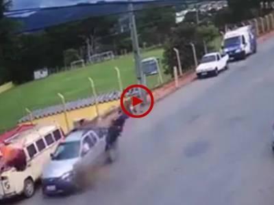 بہت ہی خطرناک حادثہ لیکن خوش قسمتی سے یہ صاحب بچ گئے۔ ویڈیو: عاطف اعجاز۔ لاہور