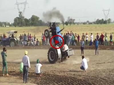 گاڑی اور موٹرسائیکل کی تو آپ نے بہت سی ویڈیوز دیکھی ہوں گی اب ٹریکٹر کے بھی کمالات دیکھ لیں۔ ویڈیو: ناظم علی۔ ساہیوال