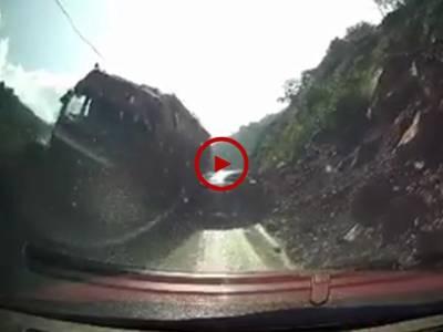 ایسے خطرناک راستوں پر گاڑی احتیاط سے چلائیں۔ دیکھیں جلدبازی میں کیا سے کیا ہو گیا۔ ویڈیو: سعد عباسی۔ لاہور