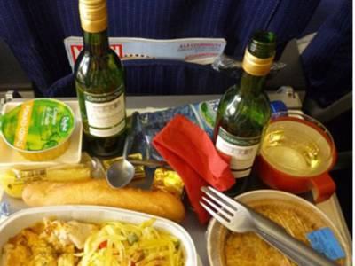 جہاز پر ملنے والا کھانا کیسے تیار کیا جاتا ہے؟ کتنی دیر پرانا ہوتا ہے اور جہاز پر کیسے پہنچایا جاتا ہے؟ ان سوالات کا جواب جان کر آپ بھی دوران پرواز ملنے والے کھانے کو ہاتھ بھی نہ لگائیں گے