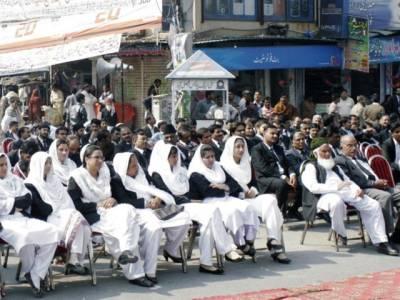لاہور ینگ لائیرز انتخابات ،ہنگامہ آرائی ،وکلاءنے بیلٹ باکس سے ووٹ نکال کر پھاڑ دیئے ،الیکشن ملتوی