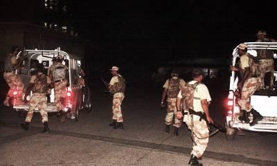 شہر قائد میں قانون نافذ کرنیوالے اداروں کا چھاپہ،کریکر حملے میں 4اہلکار زخمی،1دہشتگرد گرفتار