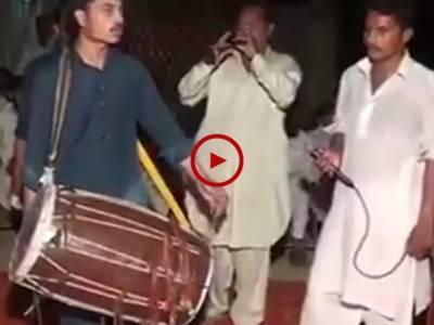 یہ بندہ اپنے فن کا ماسٹر ہے ۔ ایسے جنونی ڈھولی کو آپ نےکبھی نہیں دیکھا اور سنا ہو گا ۔ ویڈیو: شہزادہ فیصل۔ لاہور