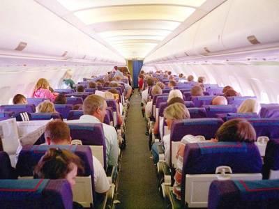 ایئرہوسٹس نے مسافر جہازوں میں ایسے چھپے ہوئے بٹن کے بارے میں بتا دیا جس کے بارے میں معلومات آپ کا سفربے حد آسان بنا سکتی ہیں