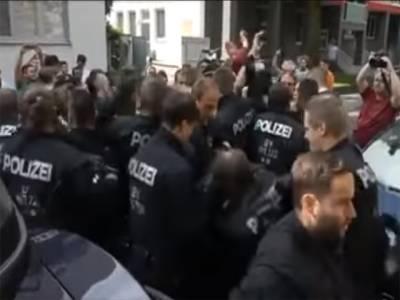 جرمنی میں پولیس افغان شہری کو گرفتار کر کے لے جانے لگی تو شہریوں نے اس نوجوان لڑکے کیلئے ایسا کام کر دیا کہ تاریخ رقم کر دی, نوجوان لڑکے کا قصور کیا تھا اور پولیس اسے کہاں لے جارہی تھی ؟ ایسا واقعہ پیش آ گیا کہ کوئی سوچ بھی نہ سکتا تھا