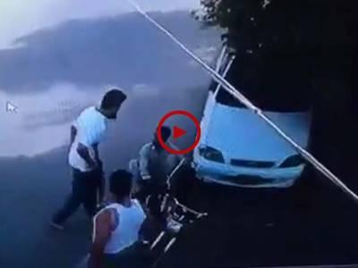 یہ صاحب گاڑی کی بیٹری چوری کر رہے تھےکی گھر والوں نےکیمرے میں سے اس کو دیکھ لیا۔ ویڈیو: فیصل علی۔ کراچی