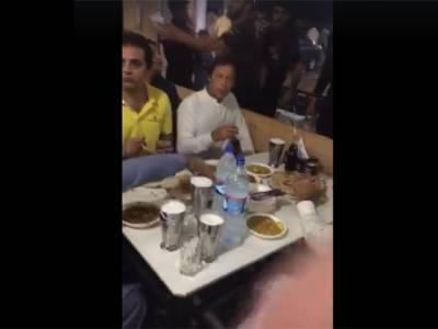 لالہ موسیٰ، عمران خان بغیر پروٹوکول ہوٹل جاپہنچے، عوام کے درمیان بیٹھ کر دال اور پراٹھے کھائے
