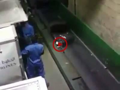 اس ویڈیو میں دیکھیں ائرپورٹ پر آپ کے سامان کے ساتھ کیا سلوک کیا جاتا ہے۔ ویڈیو: سہیل بٹ۔ لاہور