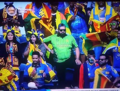 """سٹیڈیم میں سری لنکن شیروں میں گھرا اکیلا پاکستانی """"ببر شیر""""، جس کی آج کے میچ میں بھی شدید ضرورت ہے، یہ کون ہے اور سٹیڈیم میں کیا کر رہا تھا؟ جان کر آپ یقینا اس شخص کے اعتماد کو سیلوٹ کریں گے"""