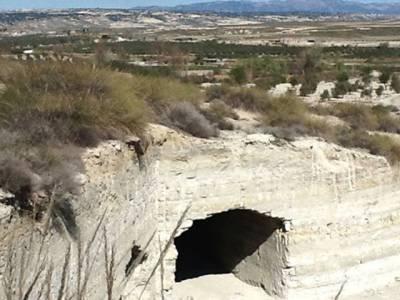 غیر آباد جگہ پر قائم اس غار کے اندر دراصل کیا ہے؟ دیکھ کر آپ کو اپنی آنکھوں پر یقین نہیں آئے گا