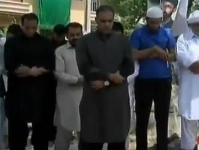 وزیر اعظم کے پیشی : جوڈیشل اکیڈمی کے باہر عابد شیر علی کی امامت میں نماز ظہر کی ادائیگی