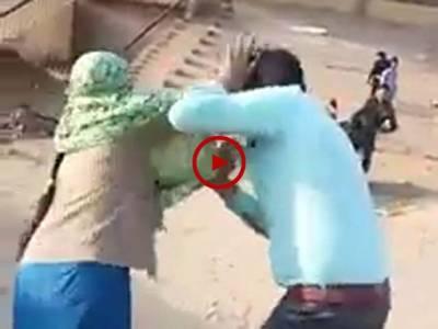 اس ویڈیو میں دیکھیں بیوی کو جب خبر ہوئی کہ اس کا شوہر دوسری شادی کر رہا ہے تو اس نے اپنے شوہر کی سرعام دھلائی کر ڈالی۔ ویڈیو: علی رزاق۔ لاہور
