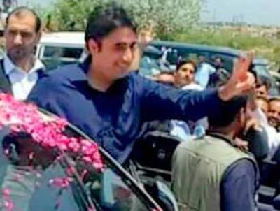 بلاول بھٹو پشاور پہنچ گئے ، استقبال کیلئے آئے کارکن آپس میں گتھم گتھا
