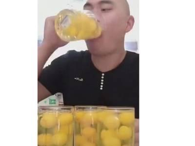 یہ چینی شخص مگ سے کیا چیز دھڑا دھڑ پی رہا ہے؟ ایسی چیز کہ ویڈیو انٹرنیٹ پر آئی تو جنگل کی آگ کی طرح پھیل گئی کیونکہ۔۔۔