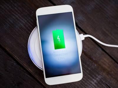 آئی فون کے اگلے ماڈل میں ایک فیچر ایسا شاندار ہوگا کہ جان کر آپ کا دل خوش ہوجائے گا، اب فون چارج کرنے کی آپ کو فکر ہی نہ ہو گی کیونکہ۔۔۔